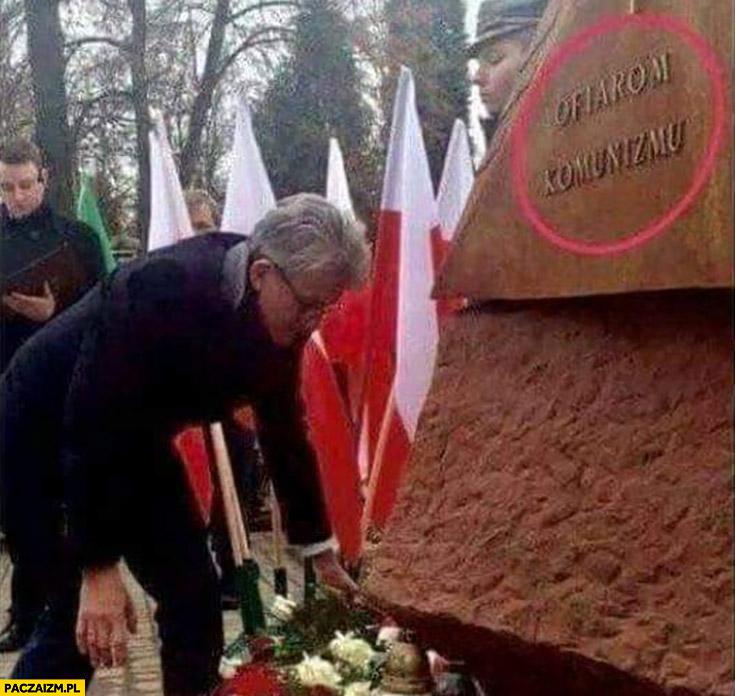 Stanisław Piotrowicz składa kwiaty pod pomnikiem ofiar komunizmu