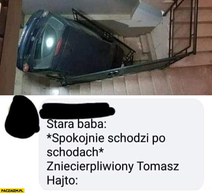 Stara baba spokojnie schodzi po schodach, zniecierpliwiony Tomasz Hajto auto na klatce schodowej