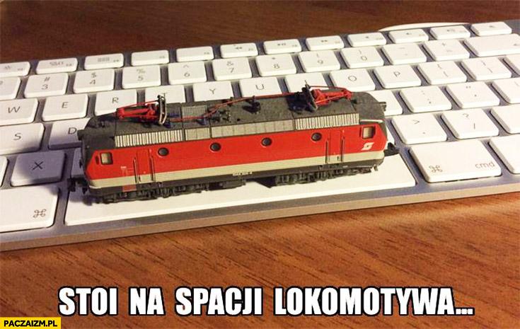 Stoi na spacji lokomotywa na klawiaturze