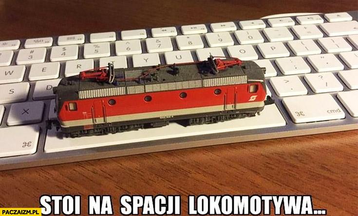Stoi na spacji lokomotywa