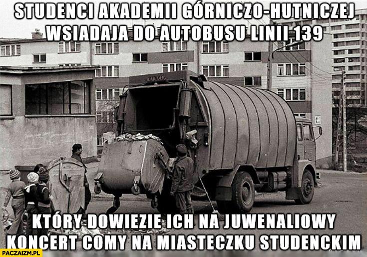 Studenci akademii górniczo-hutniczej wsiadają do autobusu, który dowiezie ich na koncert Comy śmieciarka