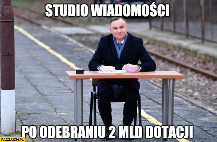 Studio Wiadomości po odebraniu 2 miliardów dotacji Andrzej Duda podpisuje ustawę na dworcu