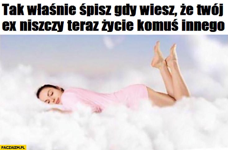 Tak właśnie śpisz gdy wiesz, że Twój ex niszczy teraz życie komuś innemu kobieta w chmurach