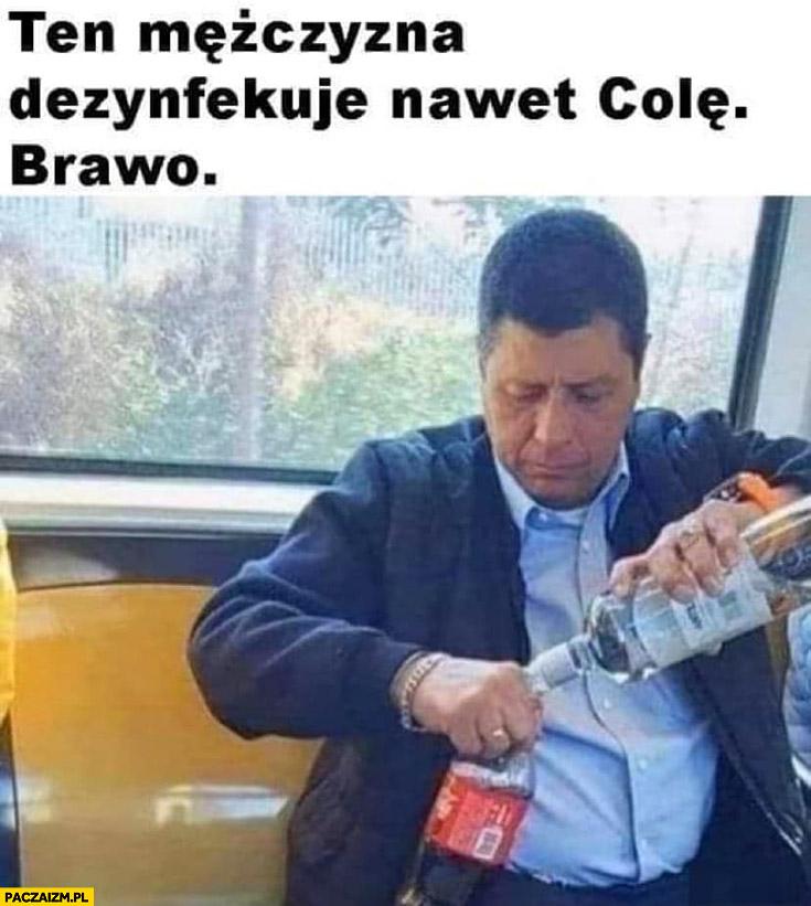Ten mężczyzna dezynfekuje nawet kolę, brawo robi drinka