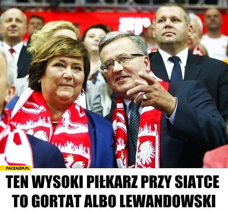 Ten wysoki piłkarz przy siatce to Gortat albo Lewandowski