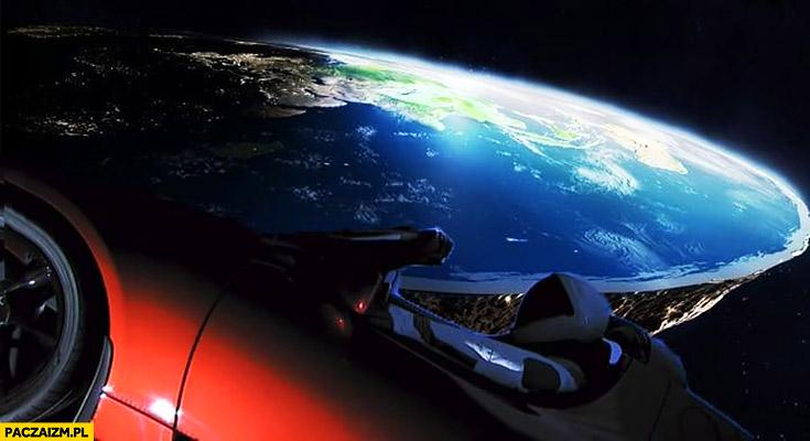 Tesla w kosmosie płaska ziemia w tle płaskoziemcy