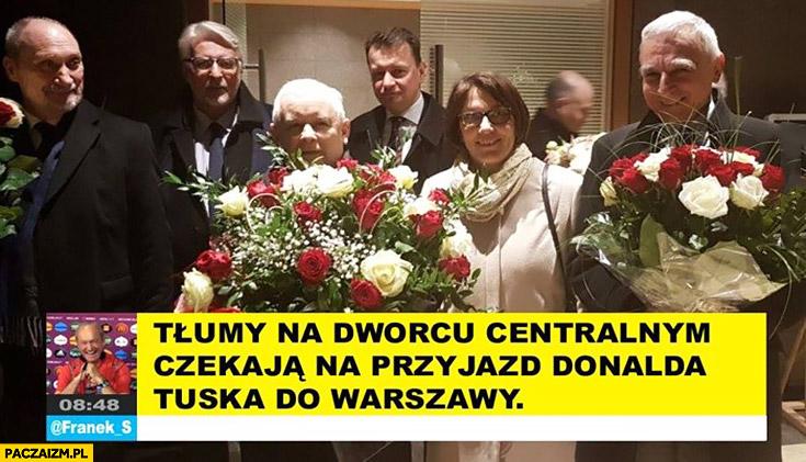 Tłumy na dworcu centralnym czekają na przyjazd Donalda Tuska do Warszawy PiS Kaczyński
