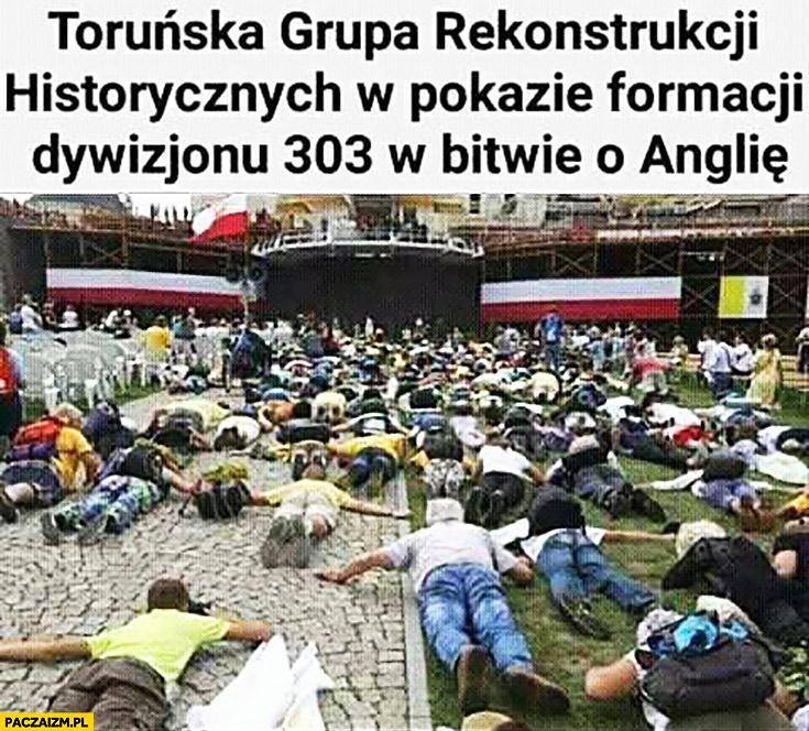 Toruńska grupa rekonstrukcji historycznych w pokazie formacji dywizjonu 303 w bitwie o Anglię leżą na ziemi