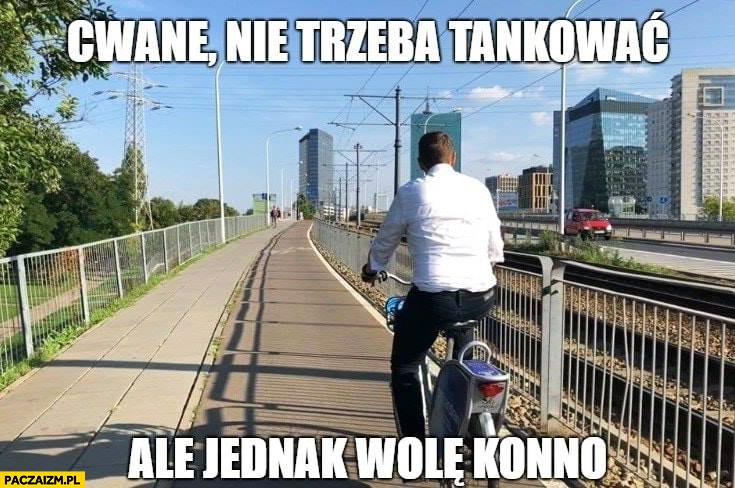 Trzaskowski na rowerze miejskim publicznym cwane nie trzeba tankować, ale jednak wolę konno