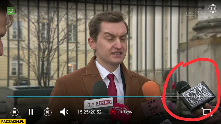 TVP łże napis na mikrofonie Wiadomości TVP