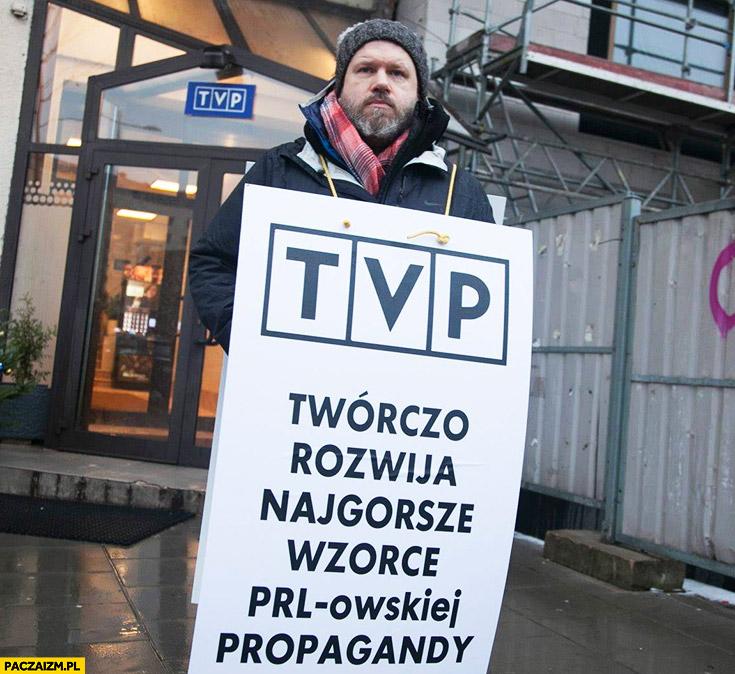 TVP twórczo rozwija najgorsze wzorce PRLowskiej propagandy jednoosobowy protest pikieta