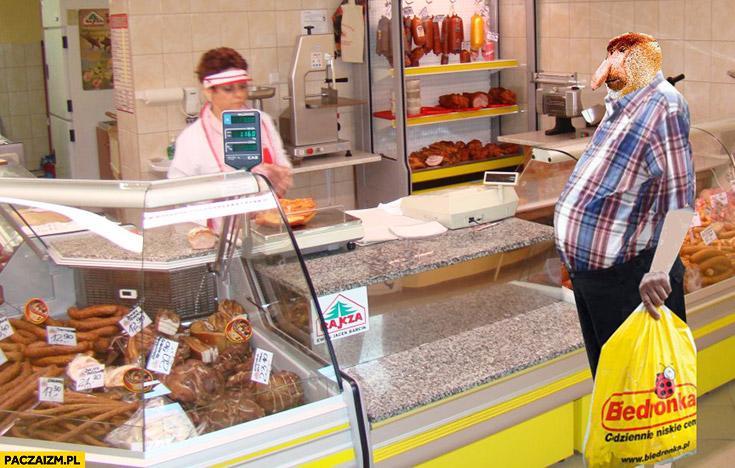 Typowy Polak nosacz w sklepie mięsnym