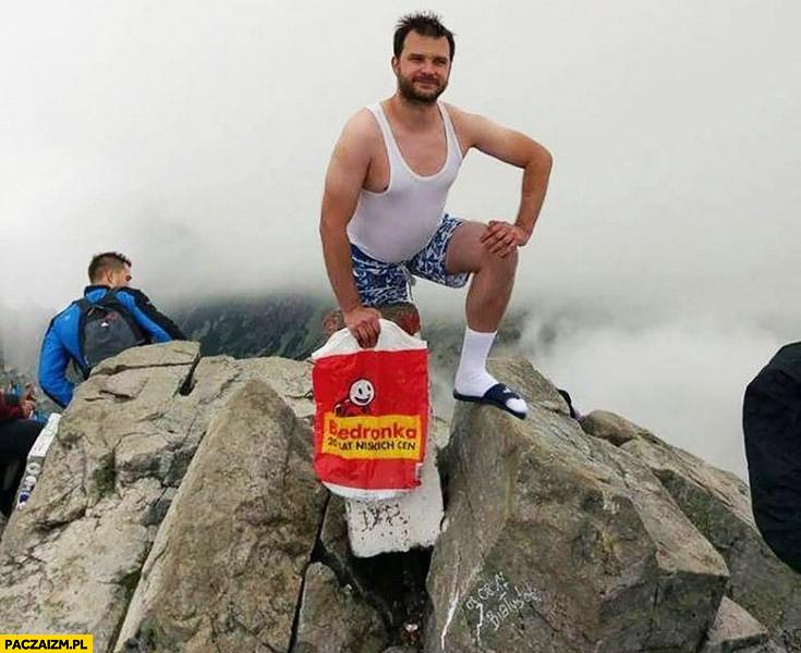 Typowy Polak w górach w tatrach reklamówka Biedronka, klapki, białe skarpetki żonobijka