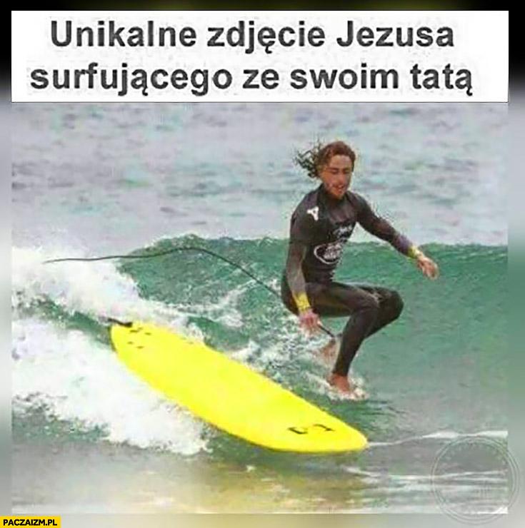 Unikalne zdjęcie Jezusa surfującego ze swoim tatą. Niewidzialny na desce chodzi po wodzie
