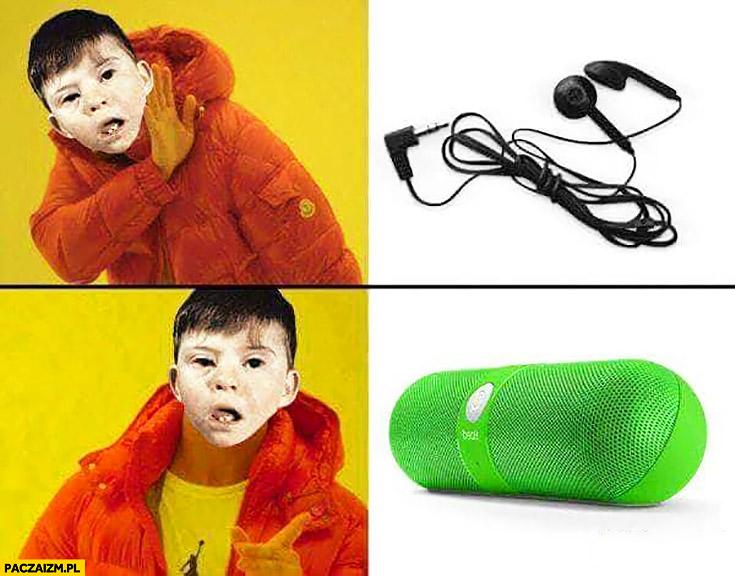 Upośledzony dzieciak nie chce słuchawek, woli przenośny głośnik