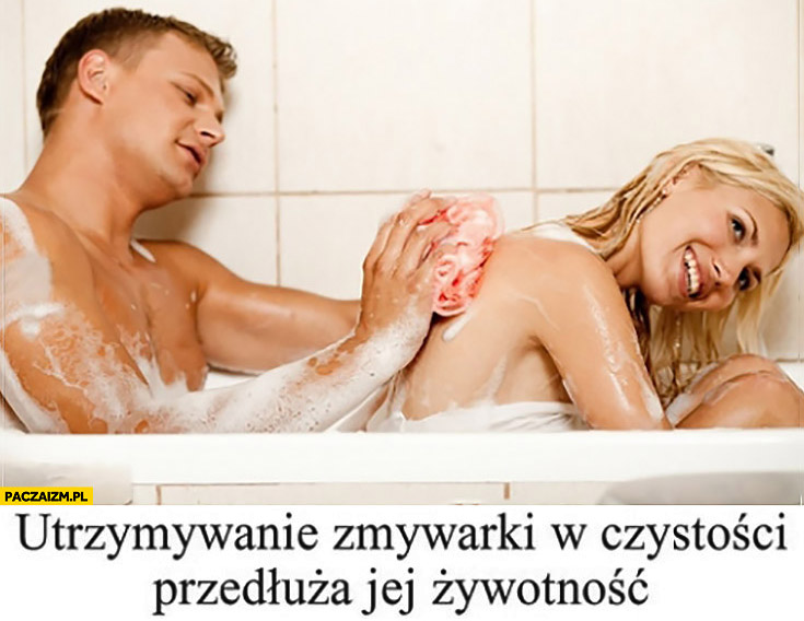 Utrzymanie zmywarki w czystości przedłuża jej żywotność. Facet myje żonę kobietę