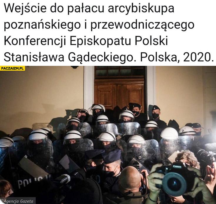 Wejście do pałacu arcybiskupa poznańskiego, Polska 2020 całe zastawione przez policję