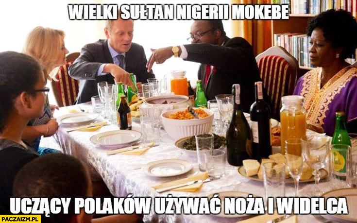 Wielki sułtan Nigerii Mokebe uczący Polaków jak używać noża i widelca Godson Tusk