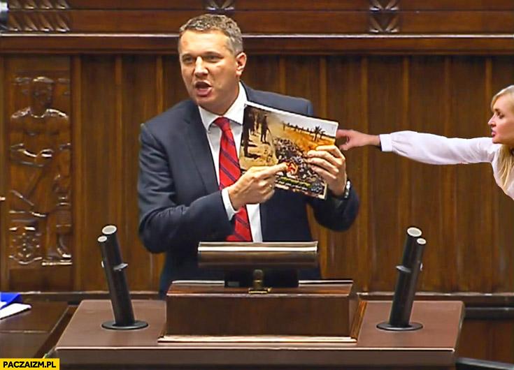 Wipler pokazuje w sejmie zdjęcie Monika Olejnik próbuje zabrać