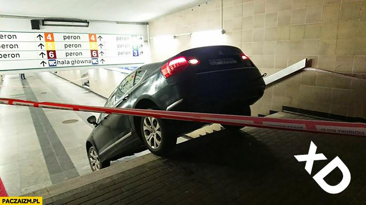 Wjechał autem w przejście podziemne dworzec Łódź Kaliska