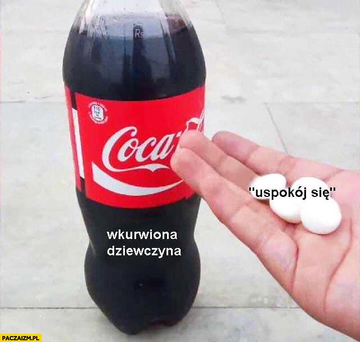 Wkurzona dziewczyna mówienie uspokój się jak wrzucanie Mentosów do Coca-Coli