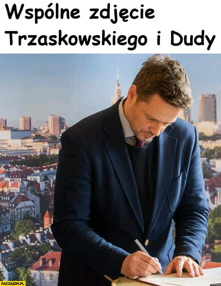 Wspólne zdjęcie Trzaskowskiego i Dudy długopis