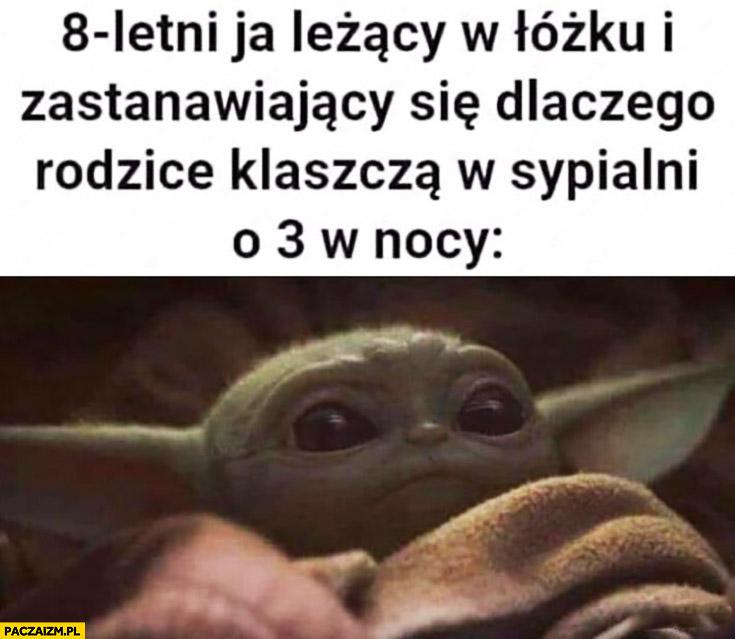 Yoda 8letni ja leżący w łóżku i zastanawiający się dlaczego rodzice klaszczą w sypialni o 3 w nocy