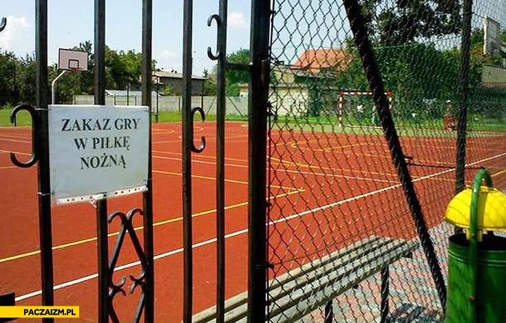 Zakaz gry w piłkę nożną na boisku