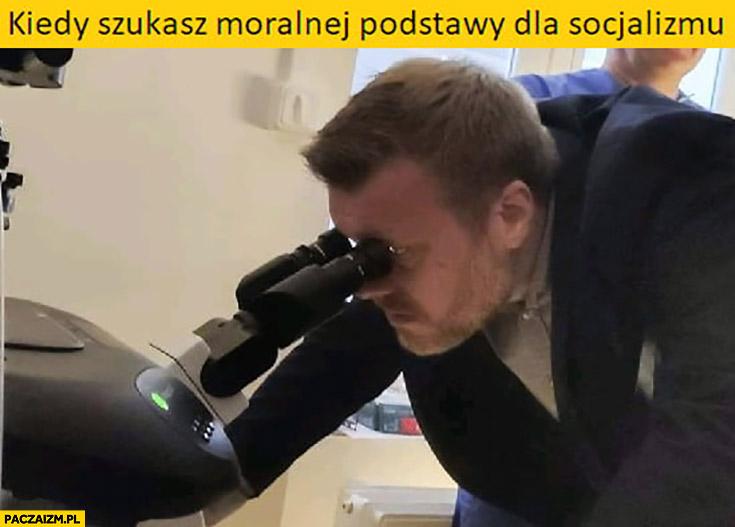 Zandberg kiedy szukasz moralnej podstawy dla socjalizmu patrzy przez mikroskop