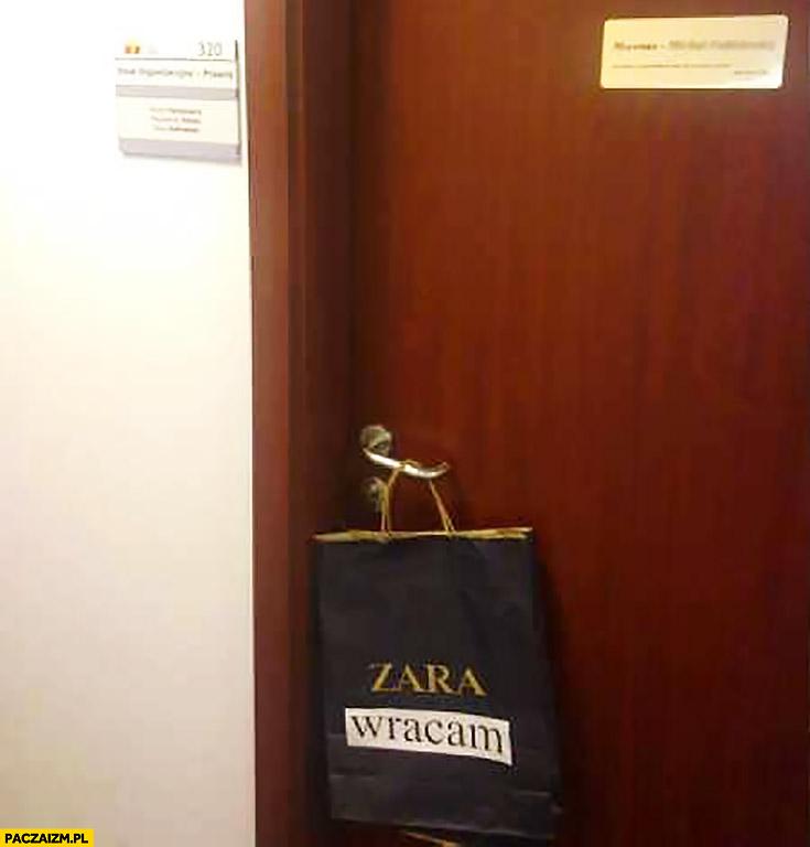 Zara wracam torebka Zary na drzwiach