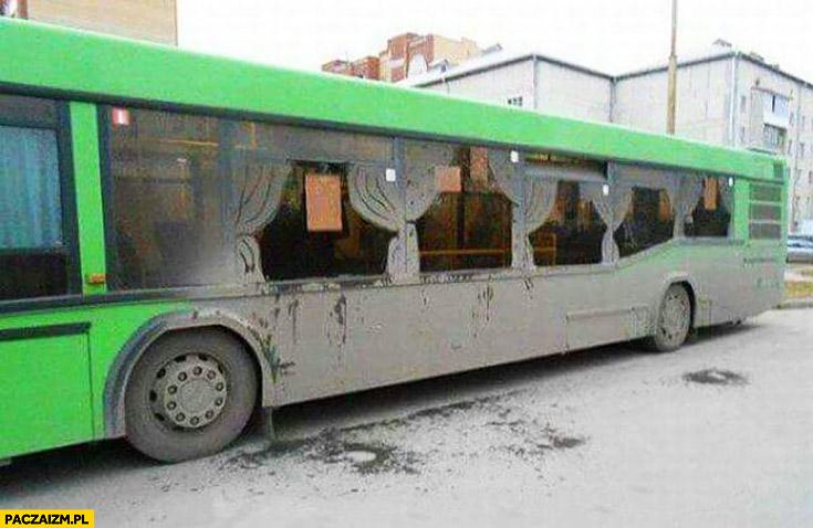 Zasłony w autobusie namalowane z brudu