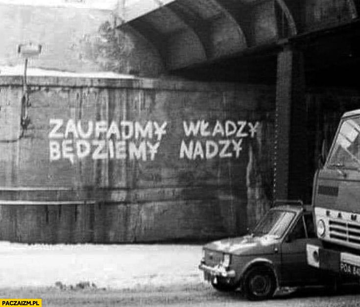 Zaufajmy władzy będziemy nadzy napis na murze PRL