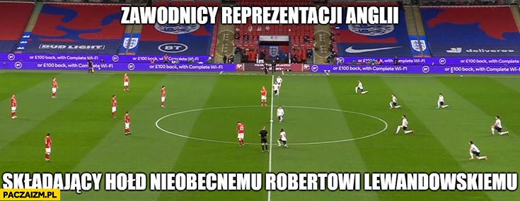 Zawodnicy reprezentacji Anglii składający hołd nieobecnemu Robertowi Lewandowskiemu klęczą klękają