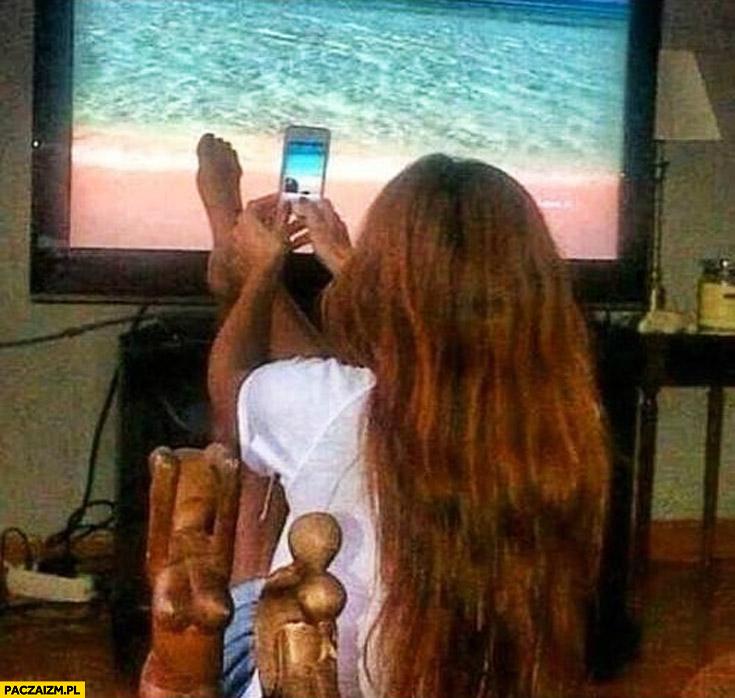 Zdjęcie stóp na tle ekranu plaża instagram