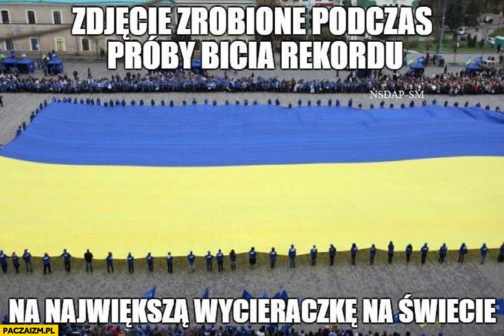Zdjęcie zrobione podczas próby bicia rekordu na największą wycieraczkę na świecie flaga Ukrainy