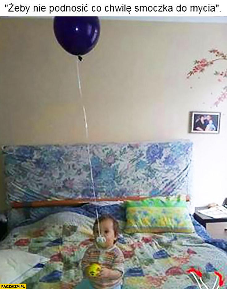 Żeby nie podnosić co chwilę smoczka do mycia przyczepiony do balonu