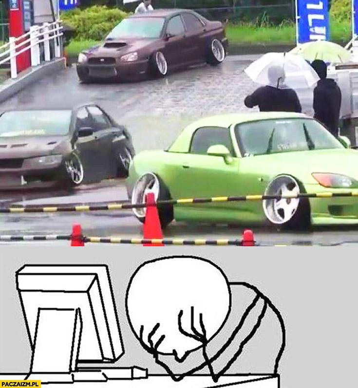 Zlot aut furek z dziwnym rozstawem kół negatyw