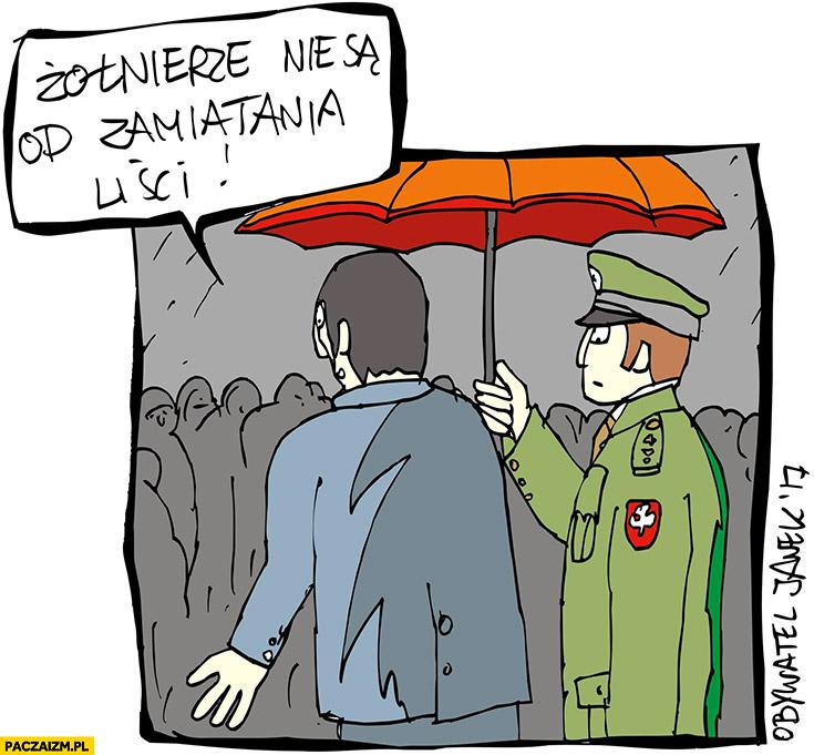 Żołnierze nie są od zamiatania liści trzyma parasol Obywatel Janek