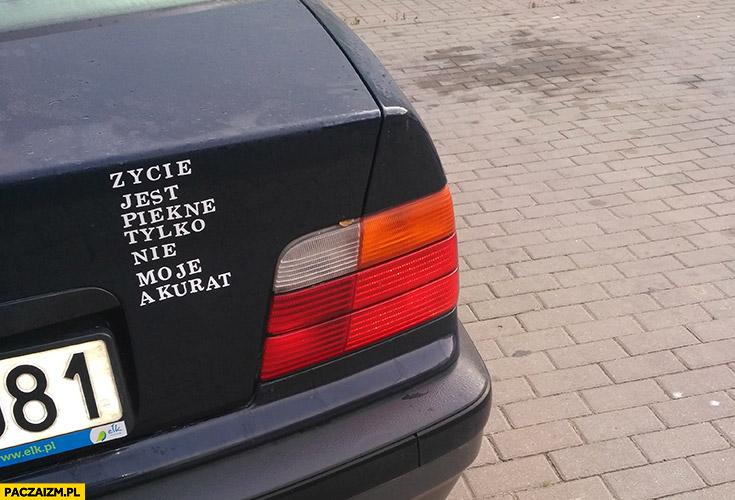 Życie jest piękne tylko nie moje akurat naklejka na starym BMW